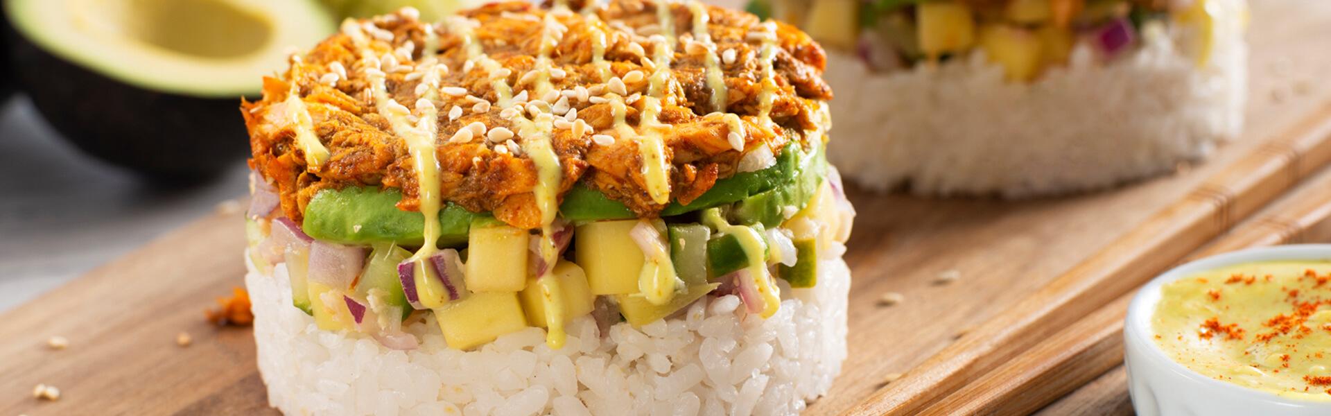 Torres de salmón con curry madrás, mango y arroz de sushi