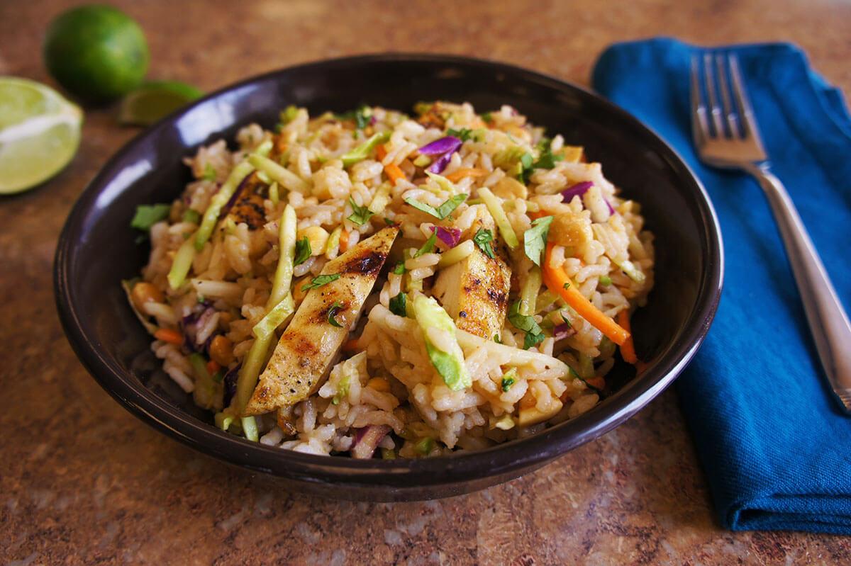 Ensalada picante con arroz jazmín y pollo