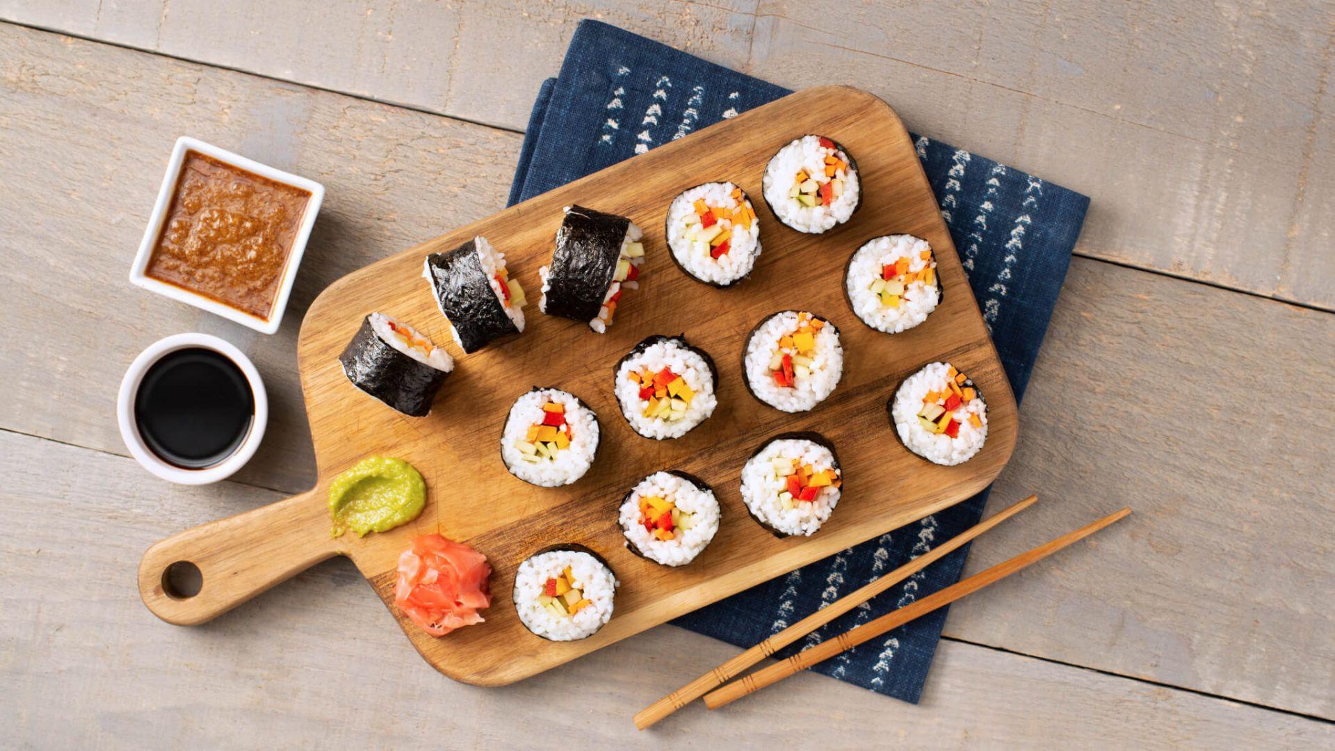 Rollos vegetarianos con arroz de sushi
