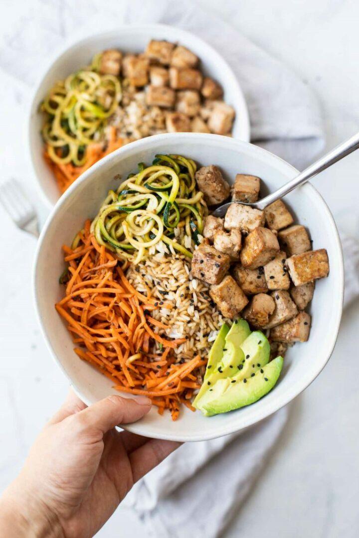 Bowl de arroz con tofu al estilo asiático