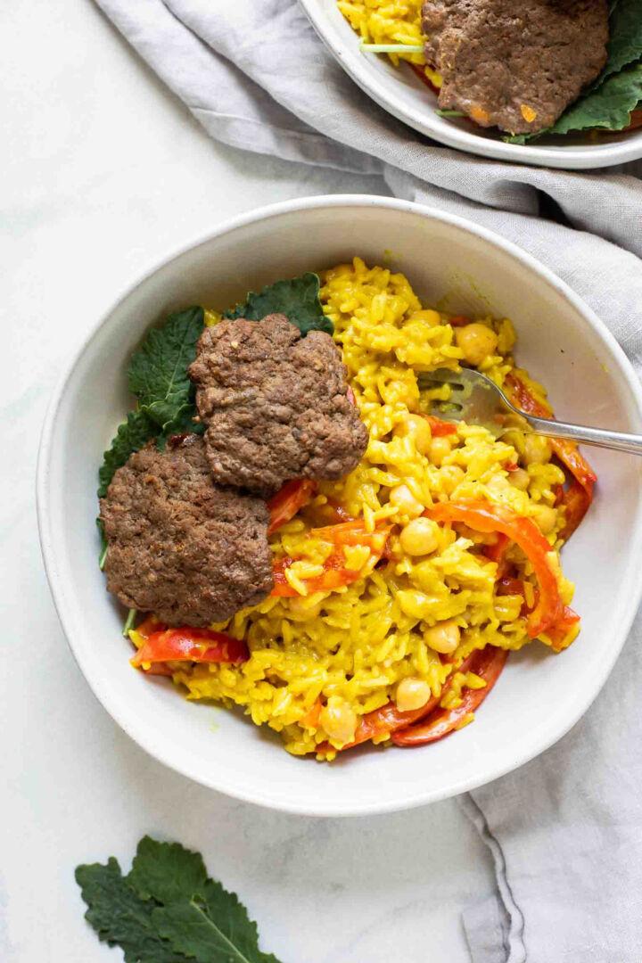 Arroz al curry con hamburguesas de carne