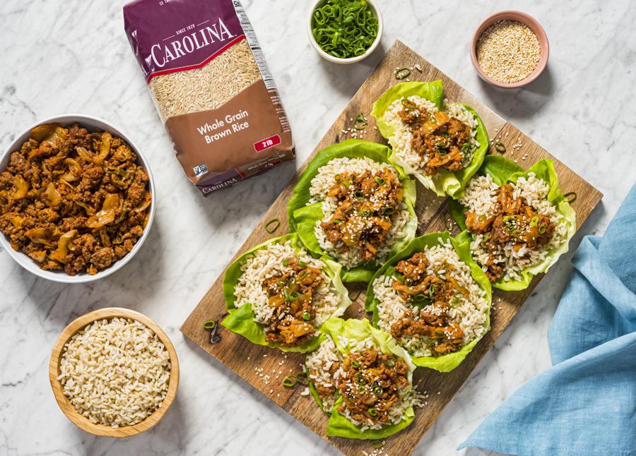 Tacos de lechuga con arroz integral y carne